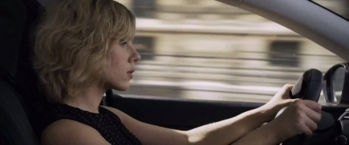 scarlett-johansson-drives-a-peugeot-308-in-the-middle-of-paris-in-lucy-83728_1