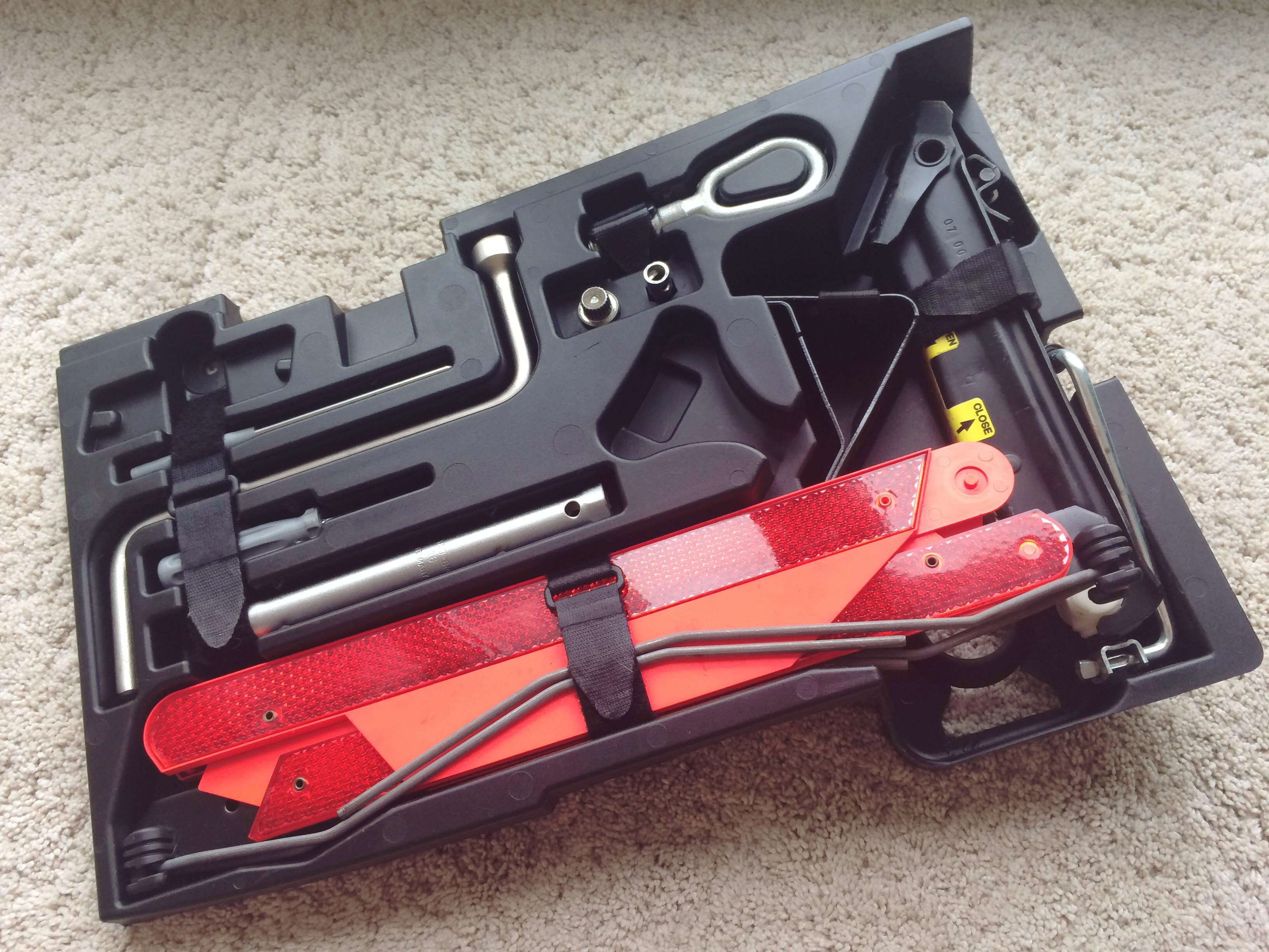 bmw-z3-coupe-tool-kit-2